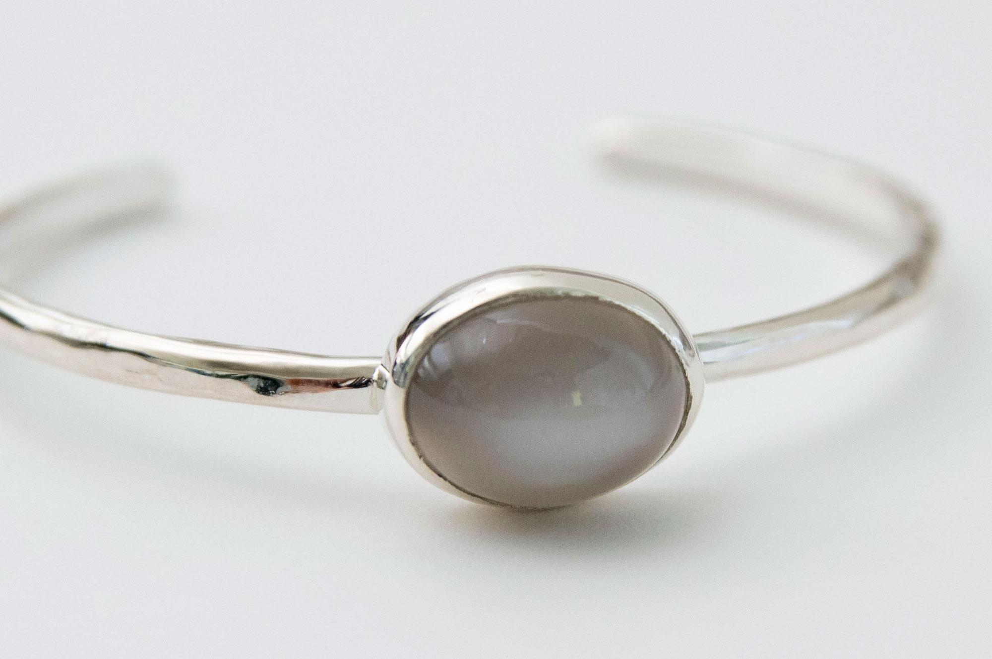 accessories mau 石 シルバーバングル グレームーンストーン